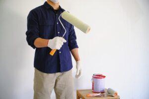 Peintre en batiment qui a nettoyé les murs avant de commencer à peinturer.